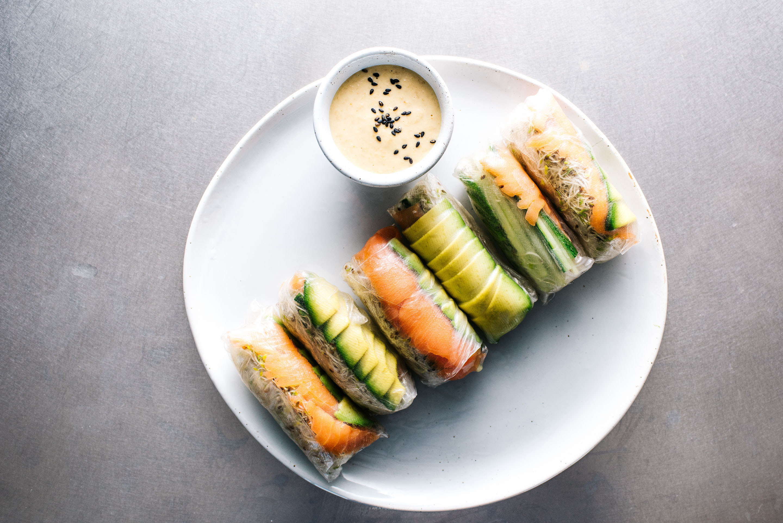 Receta de rollitos de verano con aguacate y salmón - www.iamafoodblog.com