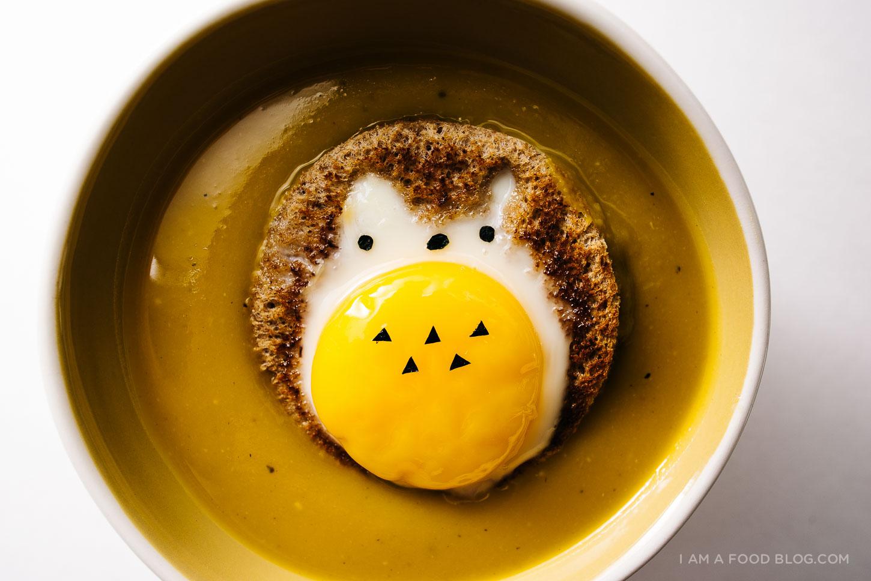 Receta de sopa de kabocha fácil con huevo totoro en hoyo - www.iamafoodblog.com