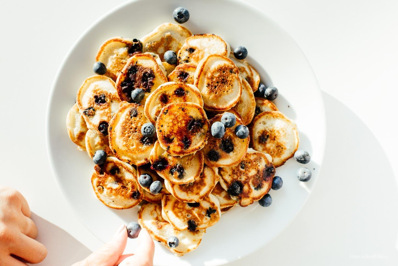 Receta fácil de panqueques de arándanos - www.iamafoodblog.com