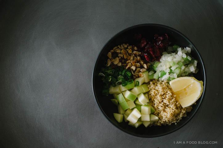 Ensalada de quinua con avellana, manzana y arándanos secos