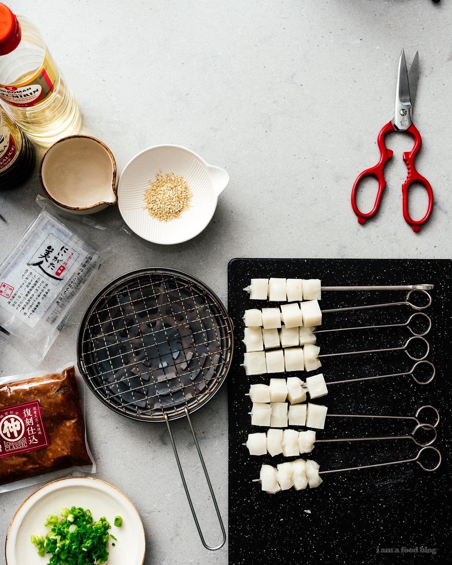 Todo lo que siempre quiso saber sobre el mochi japonés: qué es, cómo comerlo, cualquier motivo por el que lo desee.  Créame cuando digo que el mochi es el ingrediente secreto que su barbacoa debe llevar al siguiente nivel.  Prueba esta sencilla receta de yakimochi, ¡nunca volverás a ser el mismo!  #mochi #comida japonesa # recetas # japón