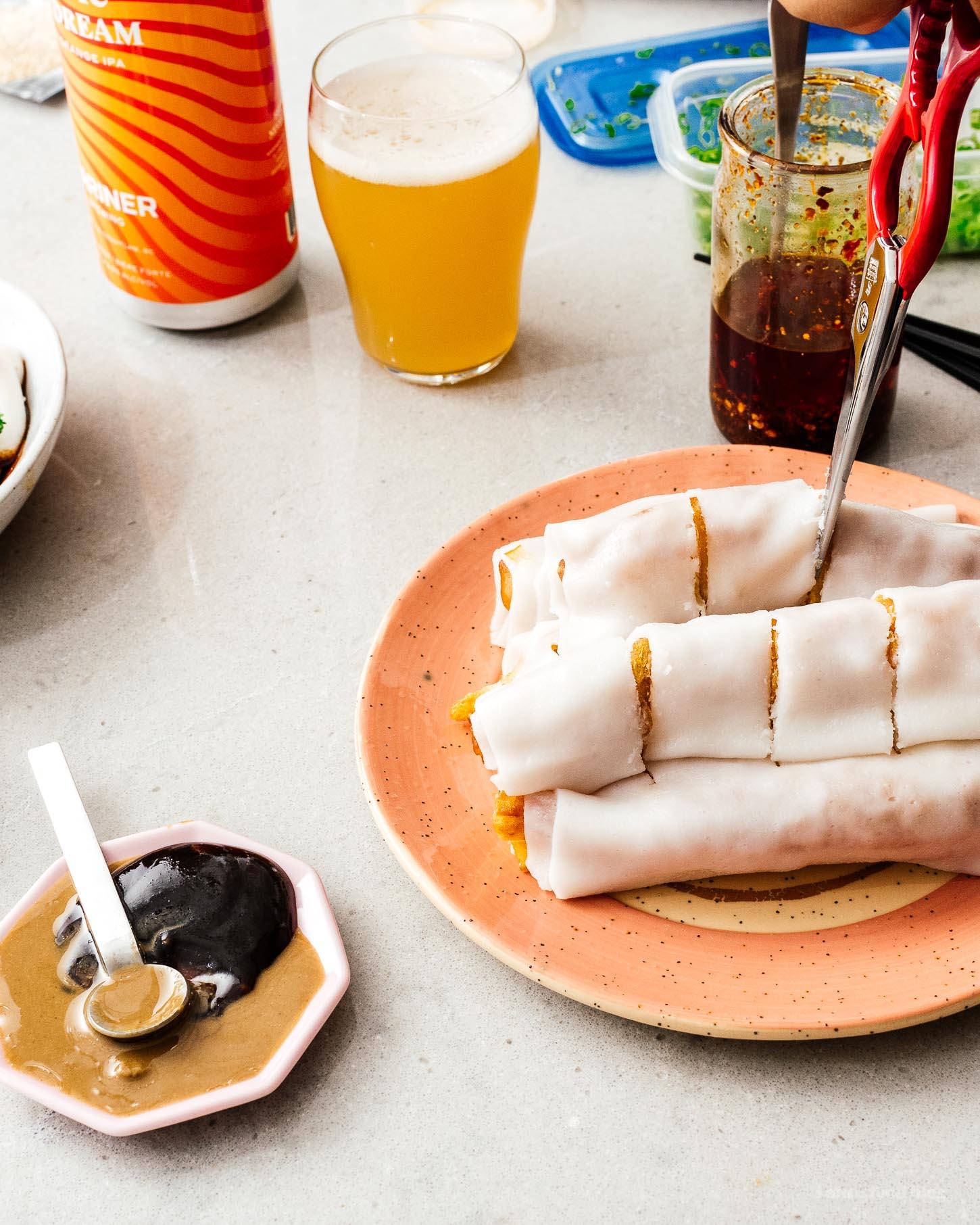 Zhaliang es un plato popular de dim sum de estilo cantonés hecho de cheung fun (hojas de fideos de arroz) envuelto alrededor de youtiao crujiente (masa frita china).  ¡Es muy sabroso y más fácil de hacer de lo que piensas en casa!  #comida china # receta #dimsum #zhaliang