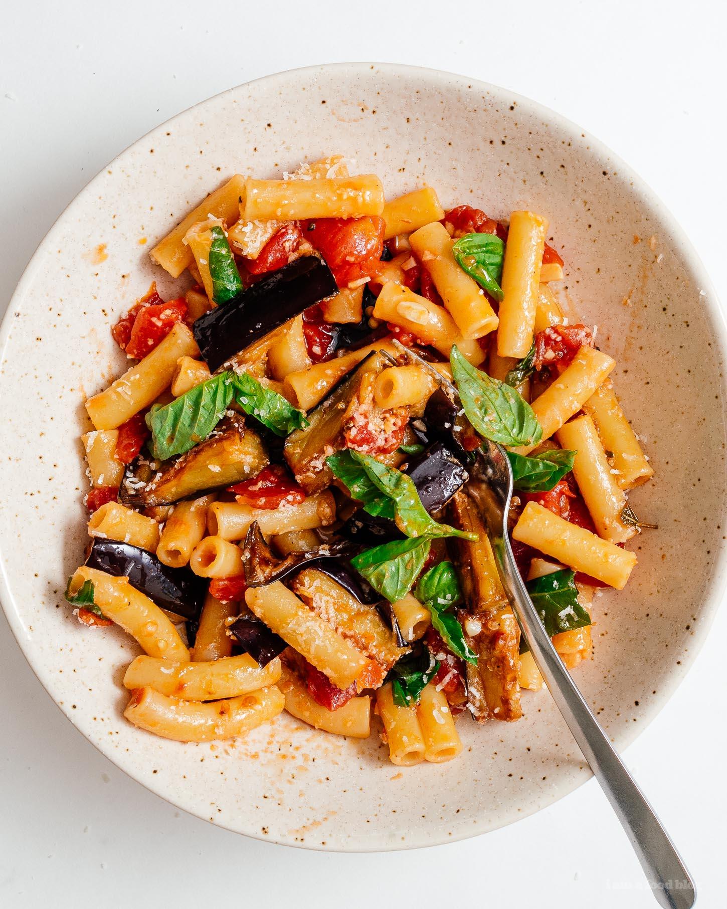 Un plato de pasta tradicional siciliana hecho con berenjenas y tomates remojados.  ¡Sin carne, súper sabroso y fácil!  |  www.iamafoodblog.com