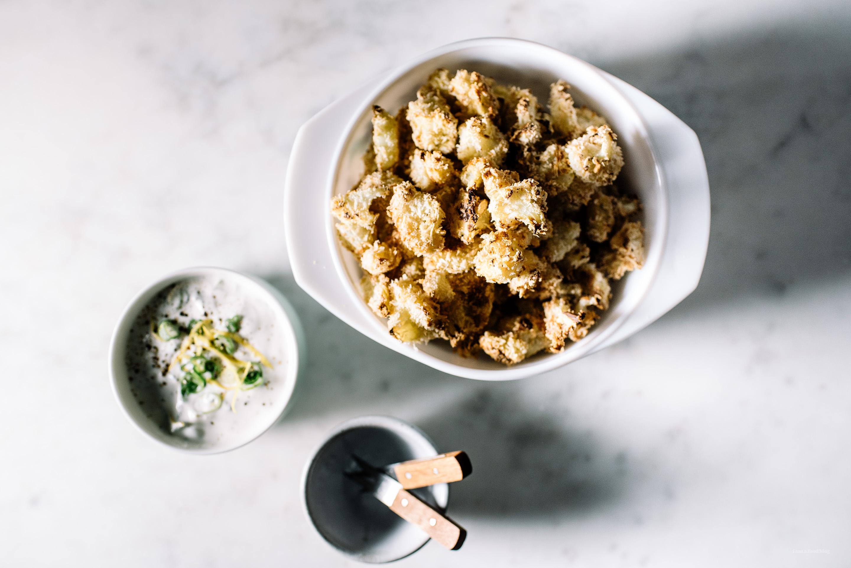 coliflor de palomitas de maíz al horno crujiente con un rancho fino - www.iamafoodblog.com