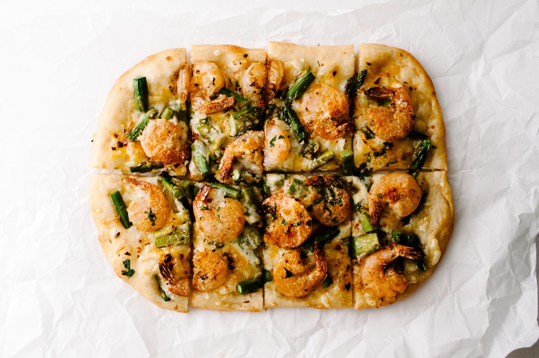 receta de pizza de camarones y espárragos - www.iamafoodblog.com